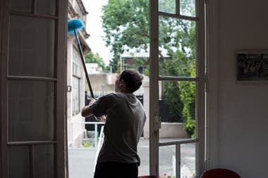 A member of the Casaclub, in full cleaning task