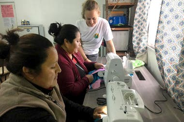 Sofía Hammar, Pata Pila volunteer, with two women from the community of Yacuy, during a sewing workshop