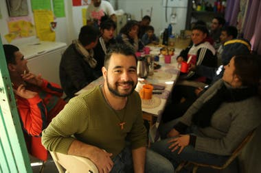 Daniel works in the Hogar de Cristo melee with the addicts and in the Envión program, seeking to restore adolescents' rights