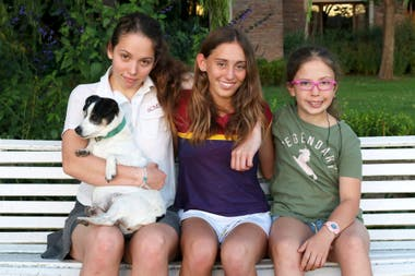 María (craving), with her sisters, Alexia and Greta
