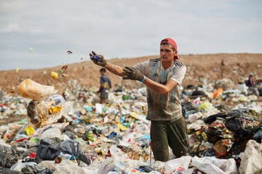 Cooperatives allow workers to access basic rights, such as conditions of safety and hygiene, retirement and social work. Very different is the situation of those who work in landfills, such as El Borbollón, Mendoza