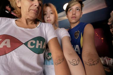 Barbara, Ailén and Mauro, with the tattoo that were made in honor of Lucia, the maternal grandmother who was the first to call her grandson with her self-perceived name