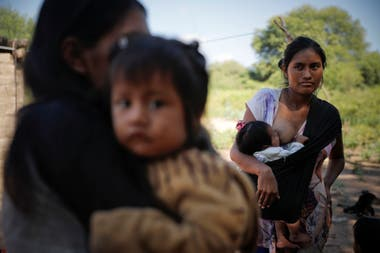 Mothers with their children in La Puntana.