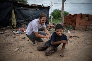 Diego Bustamante, general director of Pata Pila, plays with Bernardo Juárez in the Buen Destino community
