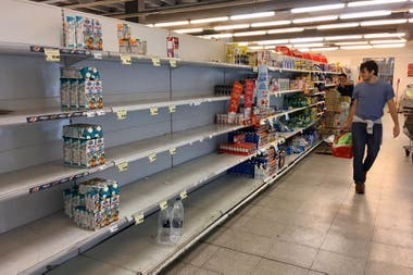 Before the announcement of the quarantine, many people went to make large purchases at supermarkets, a partial shortage was seen in Buenos Aires.