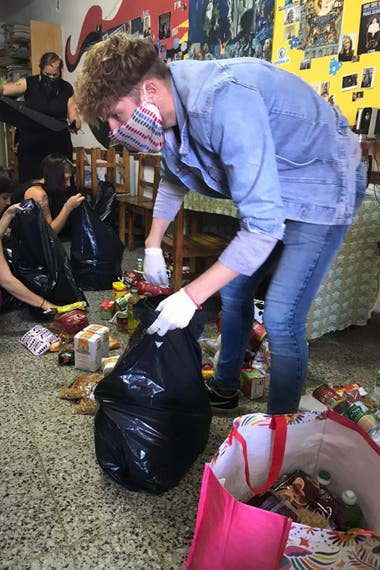 Teje Solidario volunteers, during the assembly of kits with food and cleaning products