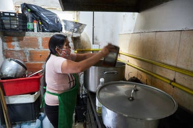 In the dining room of the El Pobre de Asís Foundation, the rations increased markedly since the quarantine began. Of 350 that used to deliver, now they deliver about 500