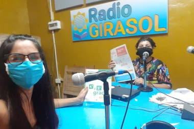Noemí Medina (right), on the school radio with María Leiva, coordinator of the Making School School Program with You.