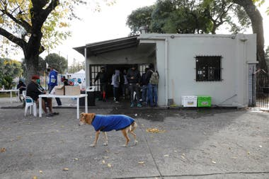 The Pereyra Sports Center was one of the spaces opened by the Buenos Aires government, in agreement with Project 7, so that people in street situations can comply with the quarantine.