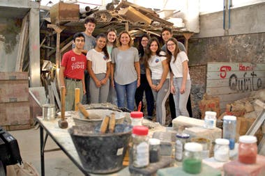 Mariela in the workshop with some of her students from the Hipólito Yrigoyen school, before the quarantine