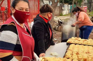 Volunteers from the Los Chicos del Arbolito Civil Association dining room, in Barrio Satélite, Moreno
