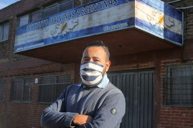 Alejandro in front of the Malvinas Argentinas School, in Quilmes