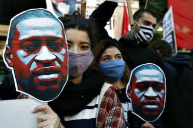 El repudio que generó el crimen del afroamericano George Floyd incluyó una marcha en el Centro porteño