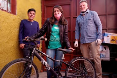 Delia lives in Parque Avellaneda and makes homemade bread.  Thanks to the intervention of Diego Azurduy, coordinator of the NGO in CABA and in charge of a neighborhood picnic area, he now distributes the orders with the bike donated by Graciana, an agronomist and landscaper from Belgrano