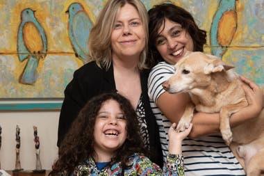 Andrea junto a María José, Fran y su perrito Willy.