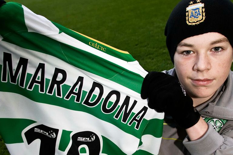 Adam, at age 13;  In 2021 he kept in his room a copy equal to the Celtic shirt he gave to Maradona on behalf of his club.