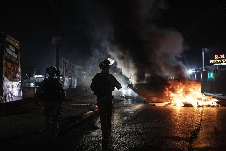 Agentes israelíes patrullan durante enfrentamientos entre árabes, policías y judíos, en la localidad de Lod