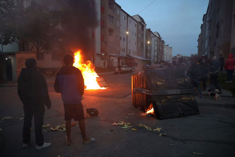 Villa Lugano neighbors set fire to containers in protest at the actions of drug gangs in the area