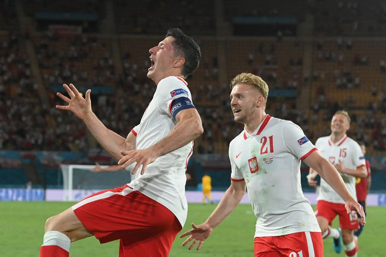 The wild celebration of Robert Lewandowski, flagship and emblem of the Polish national team, who rescued a great result against Spain by drawing 1-1 in Seville for Euro 2020.