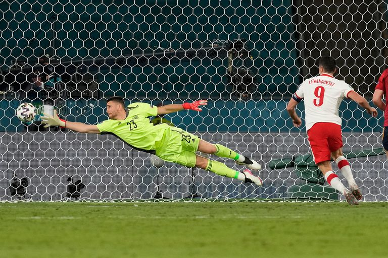 Robert Lewandowski has just scored the goal with which Poland will end 1 to 1 with Spain;  it was just the 32-year-old forward's third goal between the World Cup and the European Championship.