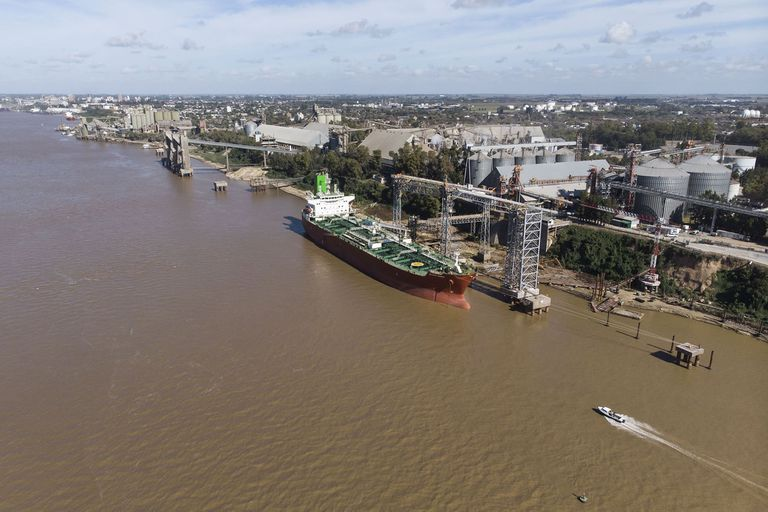 Parana river downspout.  The river has remained at 8 cm for several days, which makes it difficult for large ships to navigate.  Different cereal ports between San Lorenzo and Puerto San Martin 05-23-20 Photo: Marcelo Manera