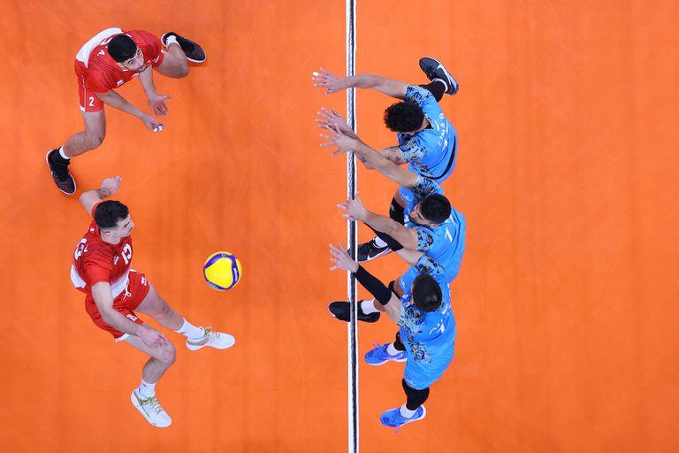 Wassim Ben Tara # 15 del Equipo Túnez golpea contra el Equipo Argentina durante la Ronda Preliminar Masculina - Voleibol del Grupo B.