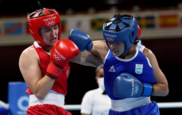 Esra Yildiz (roja) del Equipo Turquía intercambia golpes con Dayana Erika Iohanna Sanchez del Equipo Argentina durante el Ligero Femenino (57-60 kg)