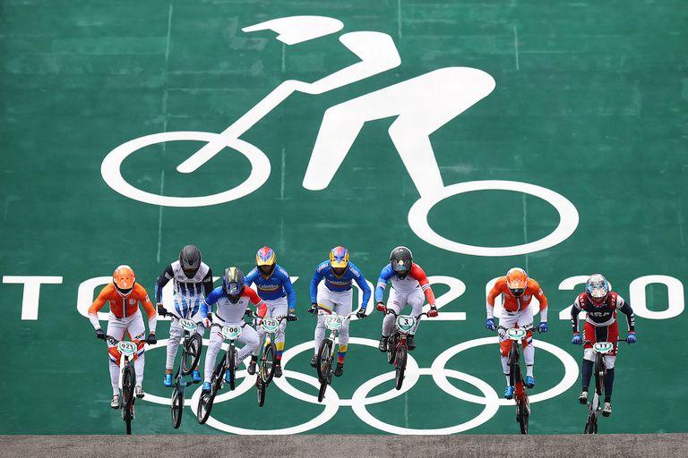 Exequiel Torres, segundo desde la izquierda, en los primeros metros de una de las carreras de su semifinal; el riojano fue quinto sobre ocho participantes y quedó a un punto de acceder a la final de BMX carrera en los Juegos Olímpicos Tokio 2020.