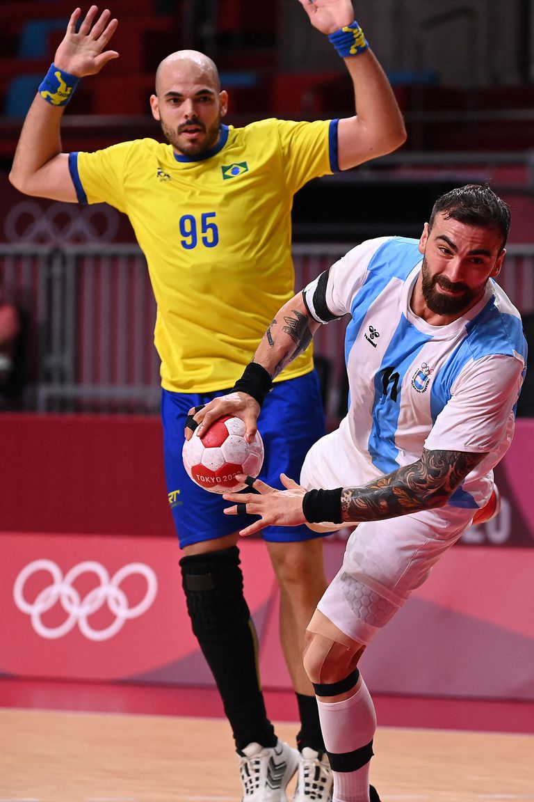 Lucas Moscariello prepara el remate; a la Argentina le costó mucho anotar en la primera mitad, con una excelente actuación del arquero Ferrugem