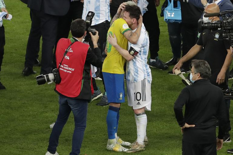 Friends since always;  rivals, sometimes: the embrace of Neymar and Messi after the Argentine victory