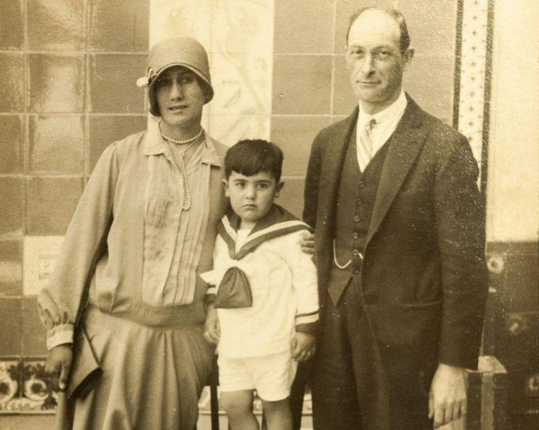 Miguel Ángel Vallvé as a child with his parents