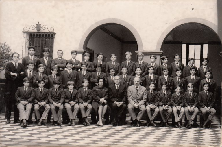 Miguel Ángel Vallvé, in the center in a light gray suit, together with a group of students